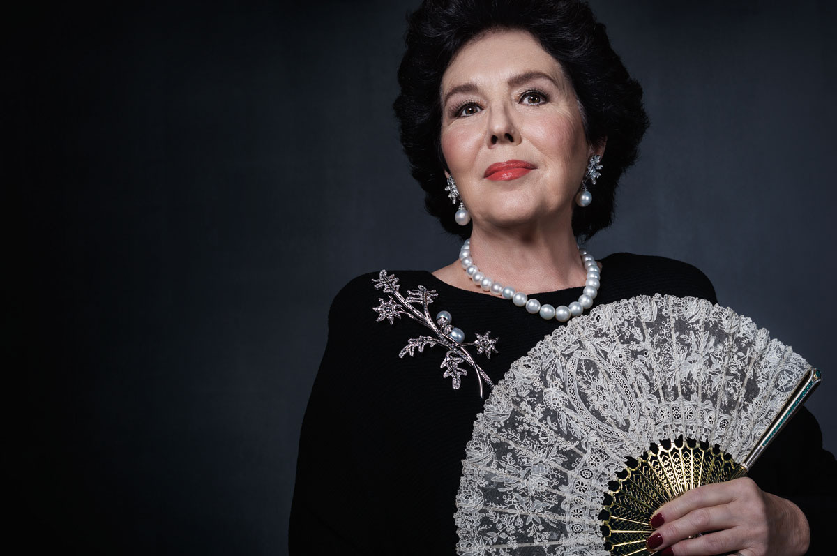Stefania Cesari holding the extraordinary, one-of-a-kind fan by Ella Gafter.